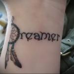 татуировка ловец снов и надпись dreamer выполненная на запястье