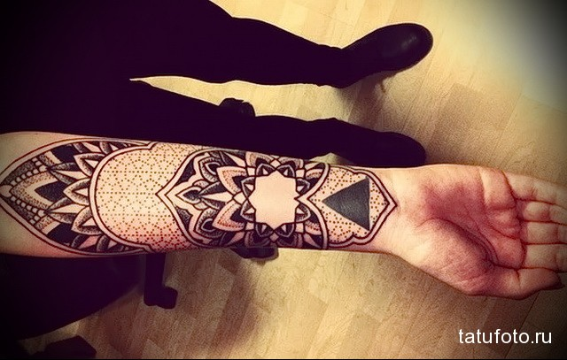 татуировка мандала и треугольник на запястье