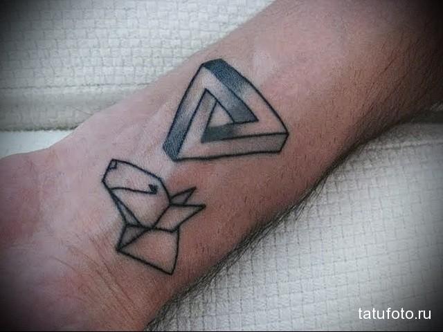 татуировка морда пса и символ с треугольником