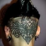 татуировка на женском затылке с узорами