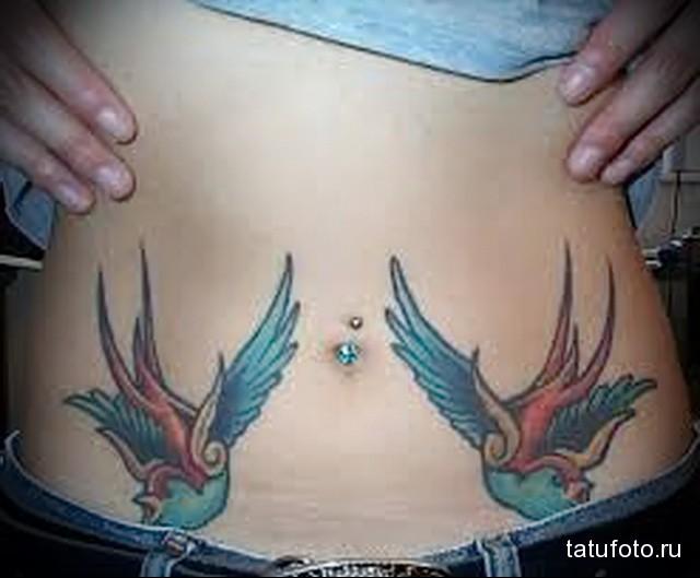 татуировка на животе девушки с птичками
