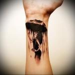 татуировка на запястье - девушка прячется под зонтом от дождя