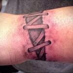татуировка на запястье которая напоминает грубо зашитую рану
