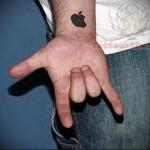 татуировка на запястье - эмблема apple (эпл)