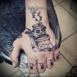 татуировка на кулаке - череп в шляпе