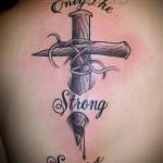 татуировка на лопатке крест и надпись - только сильные выживают