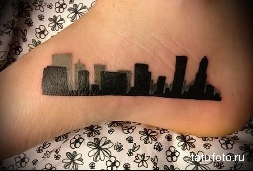 татуировка на ноге силует города