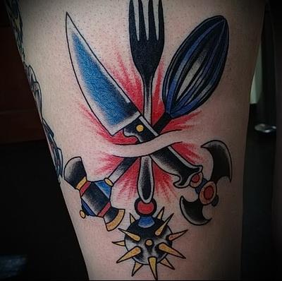 татуировка нож, вилка и кухонные приборы - фото