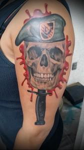 татуировка нож в черепе и берет - татуировка для спецназа