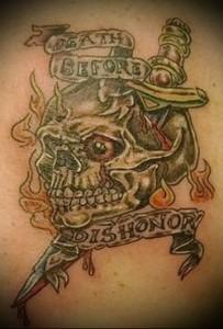 татуировка нож в черепе и лента с надписями