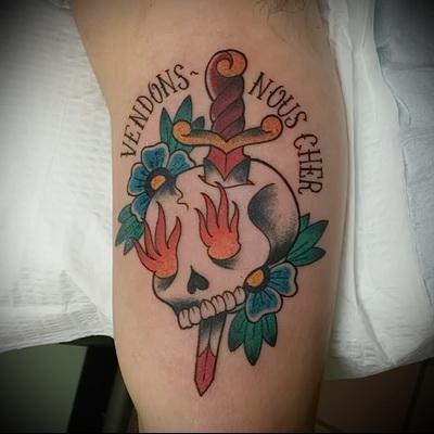 татуировка нож в черепе и надпись на латыни