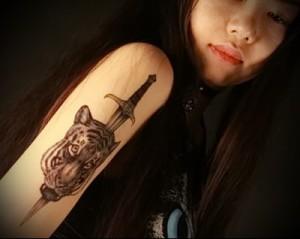 татуировка нож и морда тигра на плече девушки азиатки