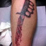 татуировка окровавленный нож с hgerjzlrjq как кастет