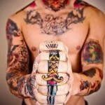 татуировка олд скул для мужчины на пальцы - кинжал