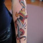татуировка олд скул - кинжал отрезает щупальцы осьминога