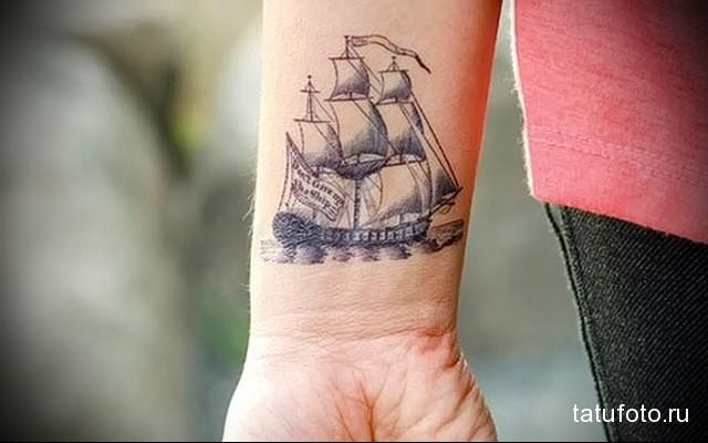 татуировка парусник на запястье