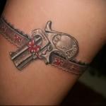 татуировка пистолет в подвязке для чулков на ногу для девушки