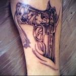 татуировка пистолет с гравировкой - фото