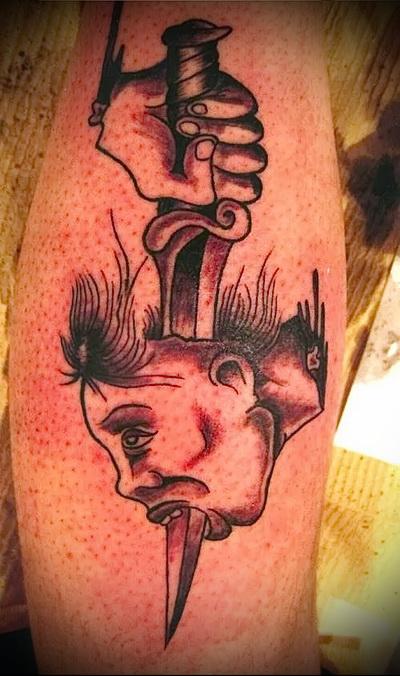 татуировка рука с ножом прокалывает женскую голову