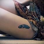 татуировка синее перо на ногу для девушки