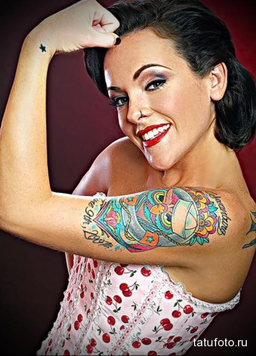 татуировка сова в головном уборе на плече девушки
