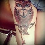 татуировка сова сидит на ветке и держит в лапах ключик