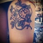 татуировка старинные часы на цепочке на ногу для девушки