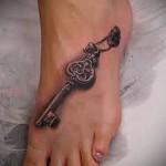 татуировка старинный ключик внизу ноги девушки
