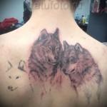 татуировка с волками между лопатками