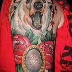 татуировка с медведем на плече - стиль олд скул