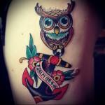татуировка с совой, якорем и лентой с надписью - стиль олд скул