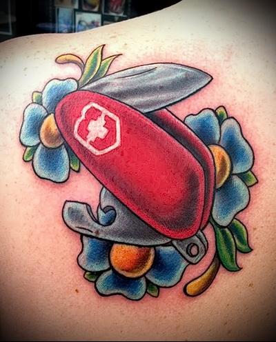 татуировка цветы и швейцарский раскладной нож викторинокс