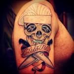 татуировка череп в поварской шапке и кухонные ножи - тату для повара фото
