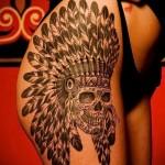 татуировка череп и перья на голове на ногу для девушки
