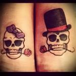 татуировка череп с розой в зубах и в котелке на голове