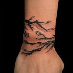 татуировка черные ветки на запястье