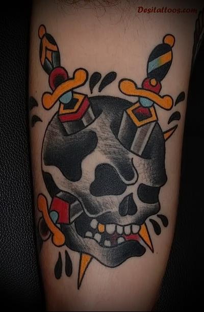 татуировка 2 ножа в черепе - цыетное фото