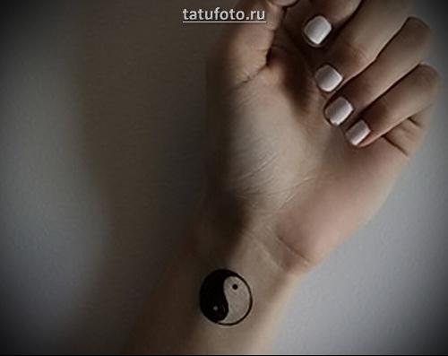 татуировки инь янь на руке
