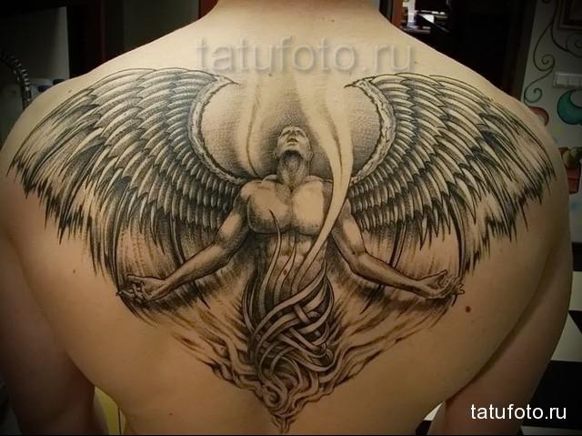 тату ангел расправивший крылья - выполнена между лопаток у мужчины