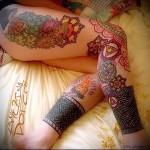 тату блек ворк и цветы - на ногу для девушки
