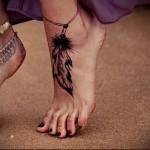 тату браслет с пером внизу ноги девушки