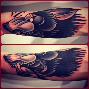 необычное фото татуировки с волком на руке