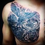 тату голубка летит в небеса - мужская татуировка на грудь