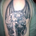 тату горгулья (крылатый демон) - мужская татуировка на плече