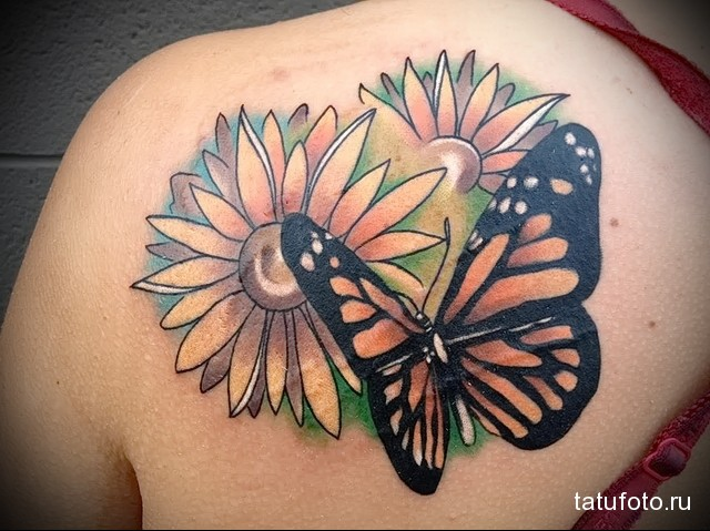 тату два цветка и бабочка на лопатке