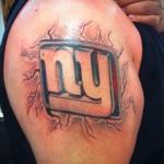тату две буквы выбитые клеймом - мужская татуировка на плече