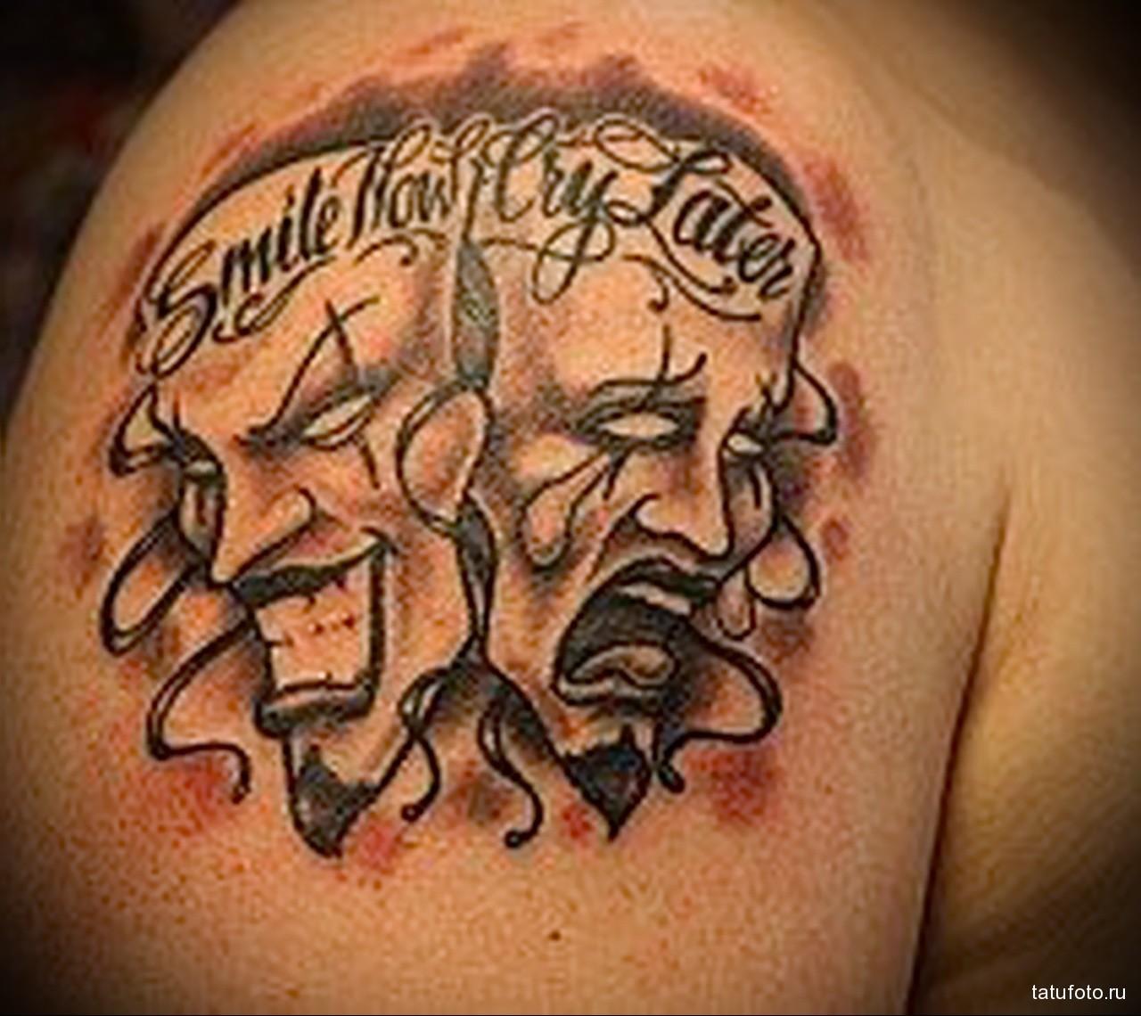 тату две театральные маски и надписи - мужская татуировка на плече