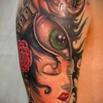 тату девушка - глаз и улитка - мужская татуировка на плече