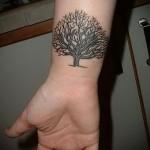 тату дерево без листвы на запястье мужчины