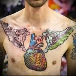 тату как настоящее сердце на всю грудь - мужская татуировка на грудь